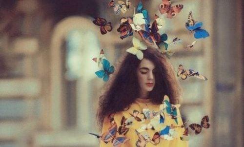 Dziewczyna i latające wokół niej motyle