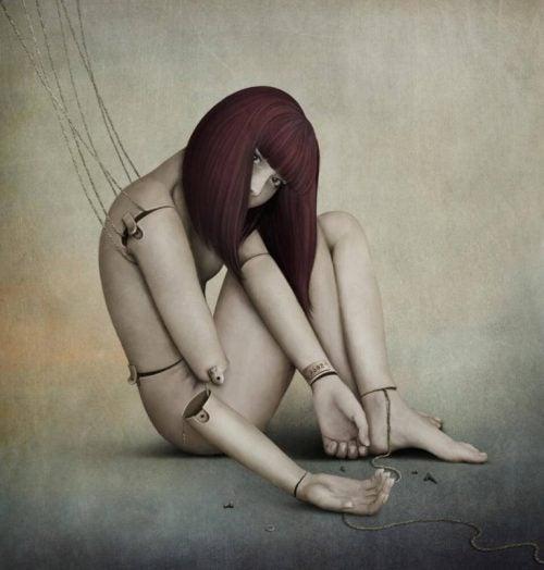 Dziewczyna-lalka ze złamaną ręką