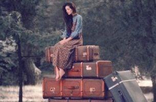Dziewczyna na walizkach - dojrzałość to ograniczanie potrzeb