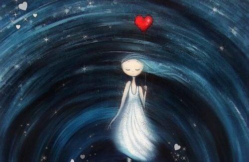 Dziewczyna trzyma balon w kształcie serca w wirze życia