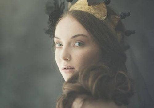 Dziewczyna z koroną na głowie