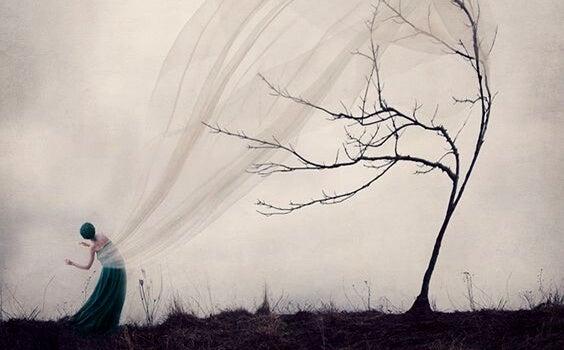 Dziewczyna i drzewo
