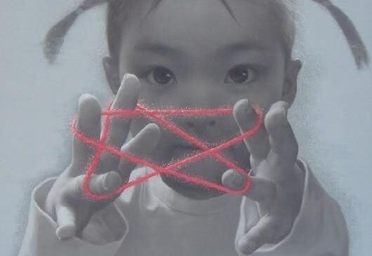Moje szczęście - dziewczynka gra w sznurki.