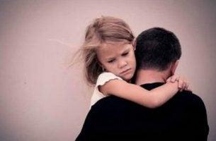 Dziewczynka z ojcem - dzieci alkoholików