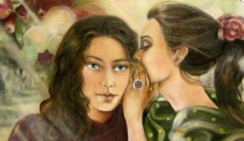 Toksyczni przyjaciele - Jedna dziewczyna szepcze coś innej do ucha