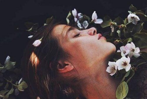 Kobieta w kwiatach - czerpanie sił