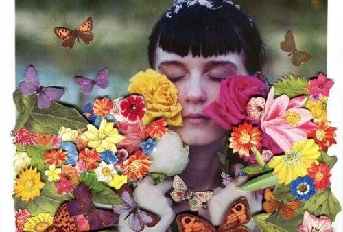 Lepsze życie – kobieta z zamkniętymi oczyma wśród kolorowych kwiatów
