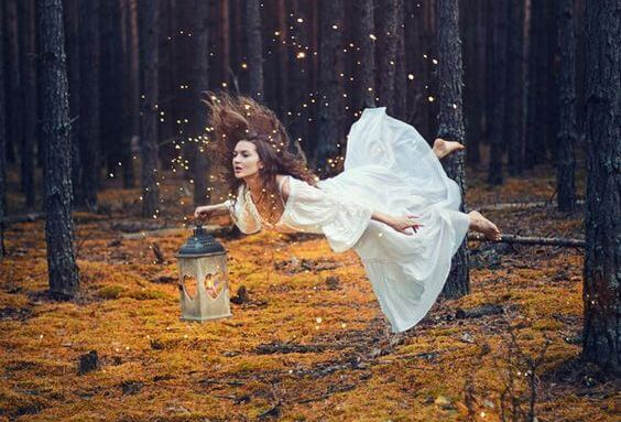 Kobieta leci przez las