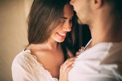 Pociąg seksualny - kobieta i mężczyzna przytulają się