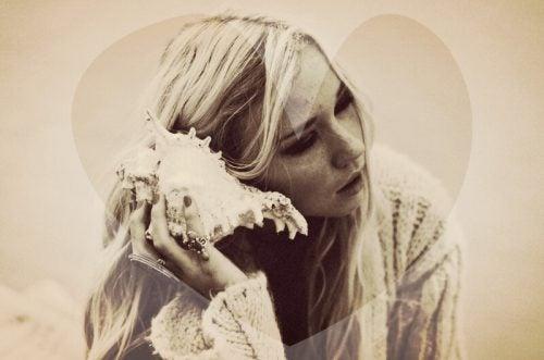 Kobieta słucha muszli - niewykorzystane okazje
