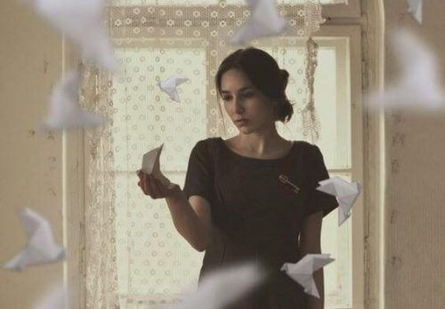 Kobieta papierowe samoloty
