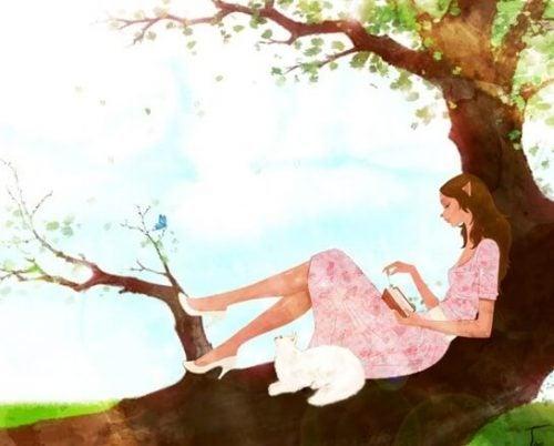 Kobieta siedząca na drzewie