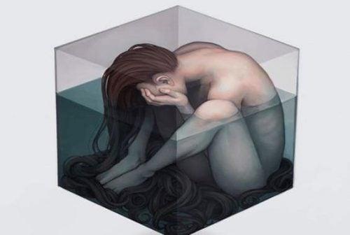 Fibromialgia jako toksyczny niepokój - kobieta w sześcianie wody.