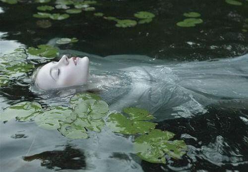 Kobieta pływa w wodzie