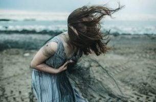 Krzycząca dziewczyna w niebieskiej sukience - autodestrukcja
