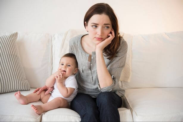 Przywiązanie unikające - matka i dziecko.