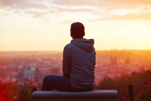 Młody chłopak patrzący na miasto.