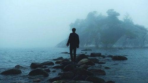 Wrażliwa osoba i jej świat - samotny człowiek na wyspie.