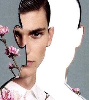 Umyślna cisza - Mężczyzna patrzy przez otwór w kształcie twarzy