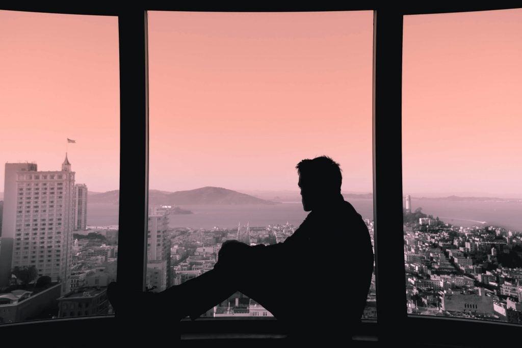 Mężczyzna w oknie