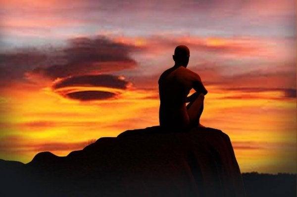 Mężczyzna i zachód słońca.