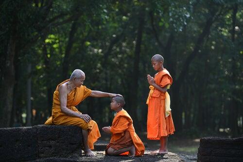 Młodzi chłopcy z ich buddyjskim nauczycielem
