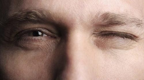 Nieufność - mruganie oczami