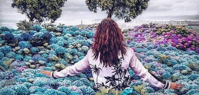 Kobieta wśród kwiatów - typ osobowości INFJ