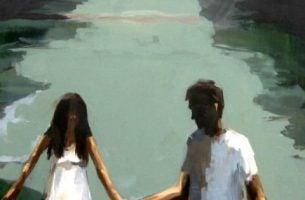 Para trzymajaca się za ręce.