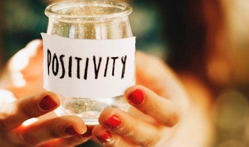Słoik z napisem pozytywność