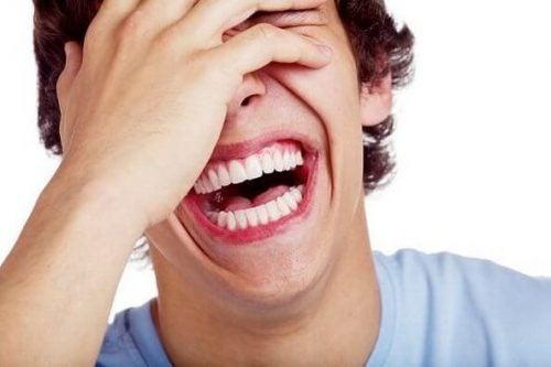 Mężczyzna się śmieje