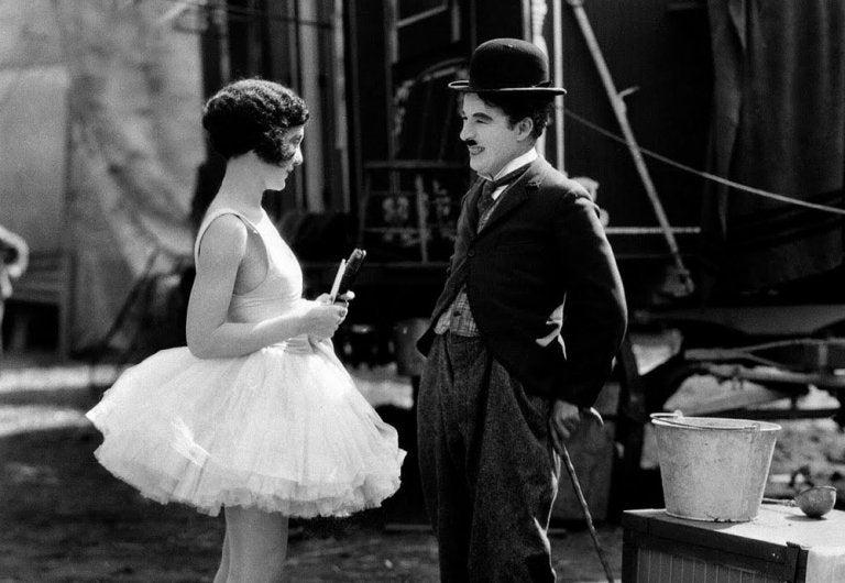 Charles Chaplin rozmawiający z aktorka