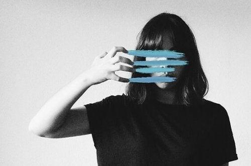 Prozopagnozja - dziewczyna z liniami na twarzy