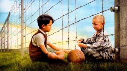 Chłopiec w pasiastej piżamie: przyjaźń przez kraty