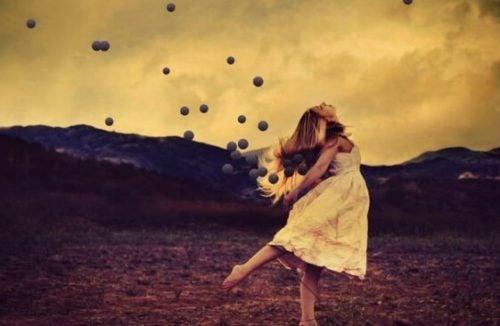 Cytaty Osho - dziewczyna tańczy