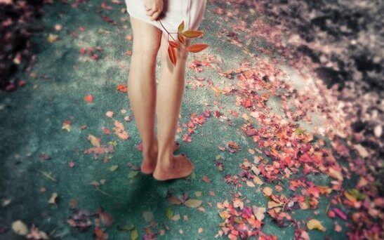 Dziewczyna i jesienne liście.
