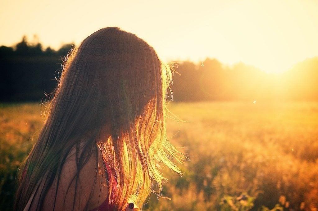 Szczęście - dziewczyna na łonie natury.