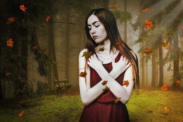 Samotna dziewczyna w lesie.