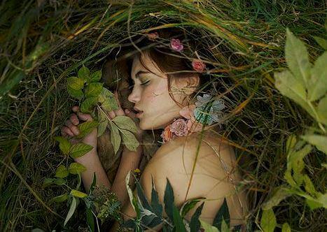 Śpiąca dziewczyna w trawie