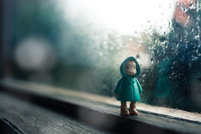 Figurka chłopca w oknie