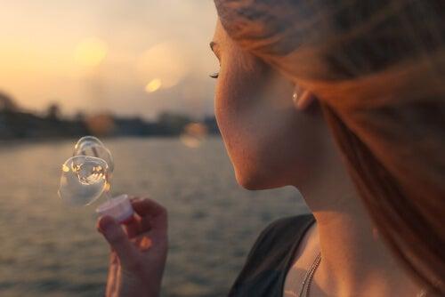 Bolesne wspomnienia - Kobieta puszcza bańki mydlane