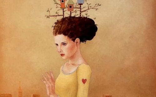 Dziewczyna z ptasimi budkami na głowie.