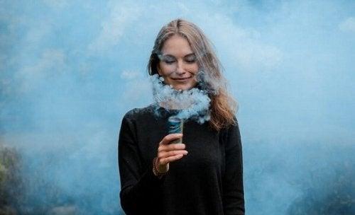 Uśmiechnięta kobieta pośród dymu