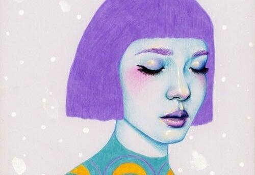 Kobieta z fioletowymi włosami.