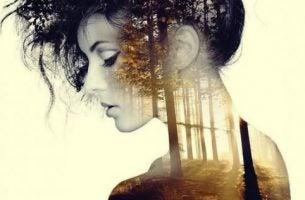 Chwile ciszy i samotności - kobieta i las.