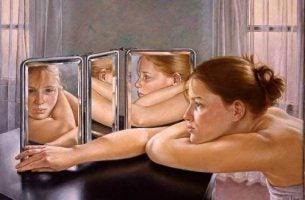 Kobieta patrzy w lustro - zmieniać siebie