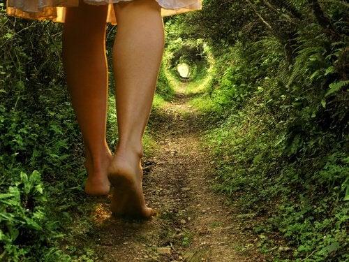 Kobieta na ścieżce w tunelu