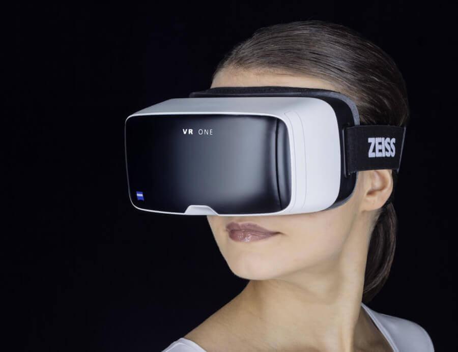 Kobieta w okularach do wirtualnej rzeczywistości.