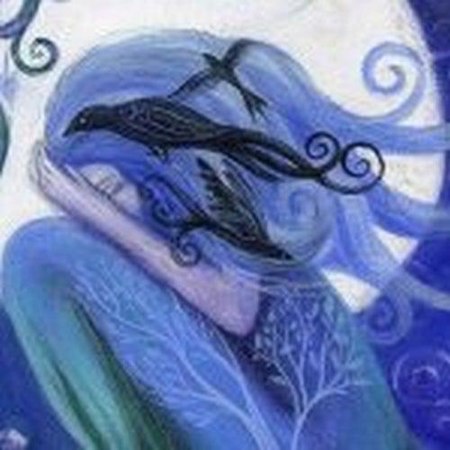 Masz siłę by iść dalej - dziewczyna z ptakami we włosach.
