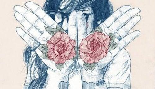 Dziewczyna z różami na dłoniach.